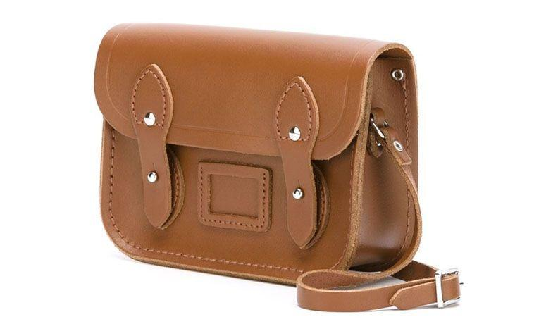 "Bolsa modelo The Tiny por R$530,00 na <a href=""http://ad.zanox.com/ppc/?29469493C40749417&ULP=[[http://www.farfetch.com/br/shopping/women/the-cambridge-satchel-company-bolsa-modelo-the-tiny-item-11073169.aspx?storeid=9214&ffref=lp_5_2_?utm_source=zanox&utm_medium=link&utm_campaign=deeplink_generator]]"" target=""_blank"">Farfetch</a>"