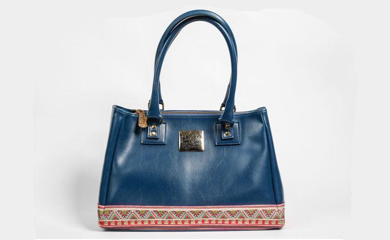 """Bolsa azul La Loba por R$289,00 na <a href="""" http://www.laloba.com.br/produtos/bolsa-feminina-azul-la-loba/"""" target=""""_blank"""">La Loba</a>"""