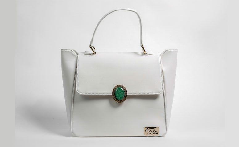 """Bolsa branca com pedra La Loba por R$224,00 na <a href=""""http://www.laloba.com.br/produtos/bolsa-feminina-branca-com-pedra-la-loba/"""" target=""""_blank"""">La Loba</a>"""