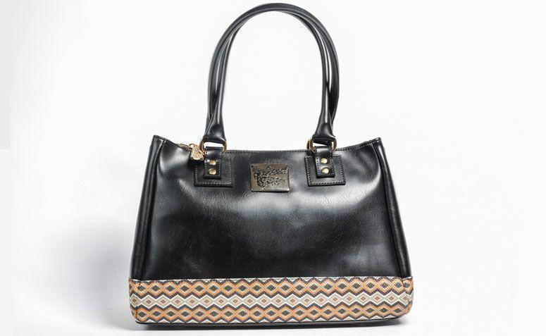"""Bolsa preta La Loba por R$289,00 na <a href=""""http://www.laloba.com.br/produtos/bolsa-feminina-preta-la-loba/"""" target=""""_blank"""">La Loba</a>"""