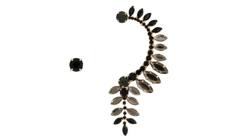 "Ear cuff com cristais pretos por R$49,90 na <a href=""http://www.franciscajoias.com.br/brinco-estilo-ear-cuff-com-cristais-negros-somente-um-lado-o-outro-uma-linda-pedra-de-cristal-negro-ambos-folheado-em-ouro-18k.html"" target=""_blank"">Francisca Joias</a>"
