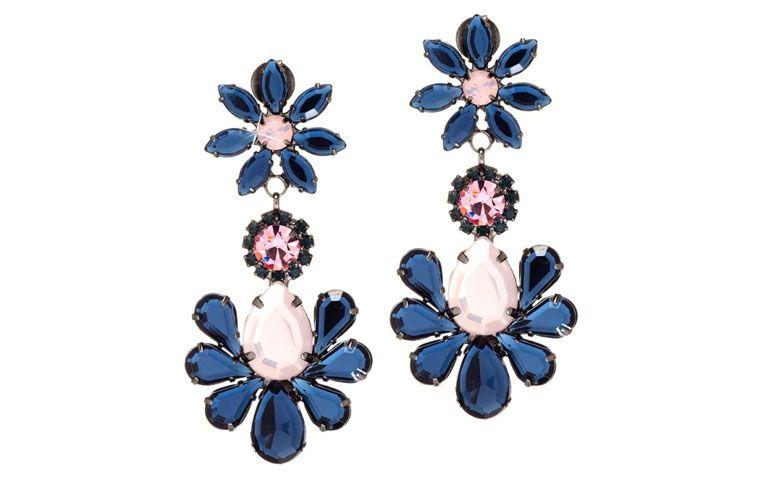 """Maxi brinco com cristais azuis e rosa por R$79,90 na <a href=""""http://www.franciscajoias.com.br/maxi-brinco-flor-com-cristais-azul-e-rosa-em-rhodium-escuro.html"""" target=""""_blank"""">Francisca Joias</a>"""