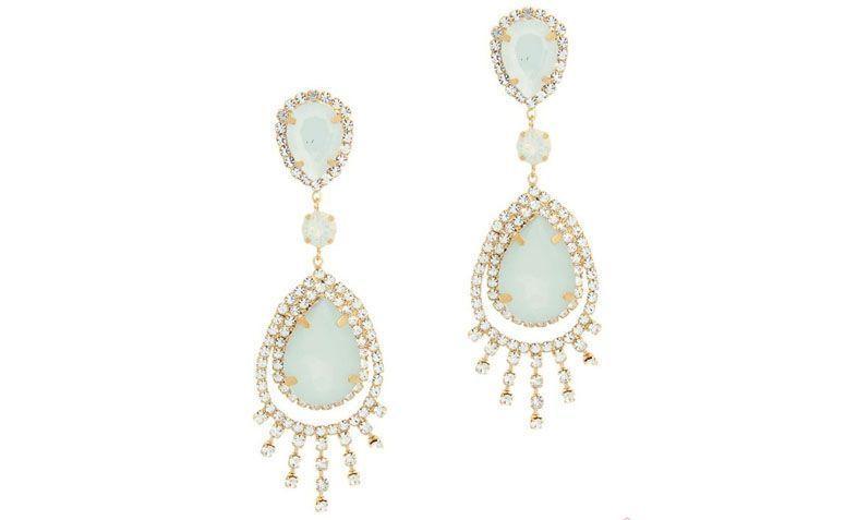"""Brinco folheado a ouro com gotas brancas e leitosas por R$99,80 na <a href=""""http://www.franciscajoias.com.br/maxi-brinco-super-luxo-com-gotas-e-cristais-brancos-e-leitosos-folheado-em-ouro-18k.html"""" target=""""_blank"""">Francisca Joias</a>"""