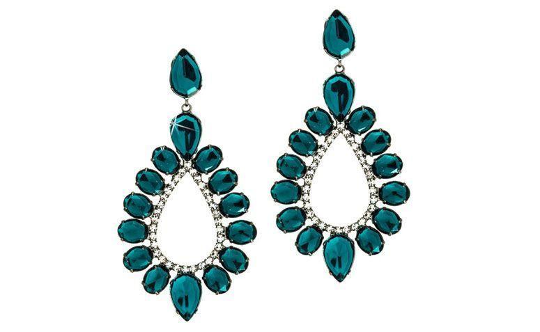 """Brinco com cristais verde e branco por R$87,60 na <a href=""""http://www.franciscajoias.com.br/maxi-brinco-gota-com-cristais-verde-e-branco-em-rhodium-escuro.html"""" target=""""_blank"""">Francisca Joias</a>"""