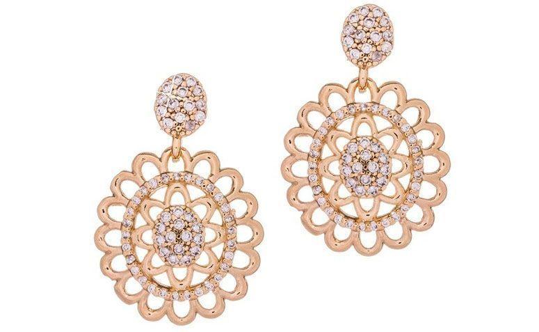 """Brinco folheado a ouro com cravação por R$139,00 na <a href=""""http://www.franciscajoias.com.br/brinco-vazado-com-cravac-o-diferenciada-folheado-em-ouro-18k.html"""" target=""""_blank"""">Francisca Joias</a>"""