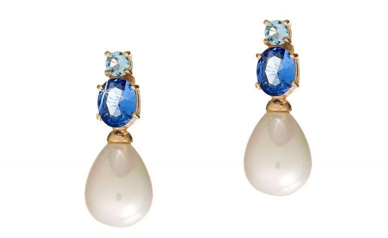 """Brinco com pedra natural azul e pérola por R$75,00 na <a href=""""http://www.franciscajoias.com.br/brinco-base-com-pedra-natural-azul-e-perola-folheado-em-ouro-18k.html"""" target=""""_blank"""">Francisca Joias</a>"""