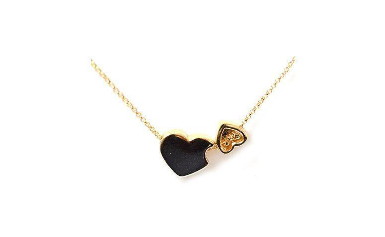 """Colar de corrente fina e pingente de corações pequenos por R$49 na <a href=""""http://www.accessorize.com.br/colar-curto-double-heart-dourado-3555/p?cc=48"""" target=""""_blank"""">Accessorize</a>"""