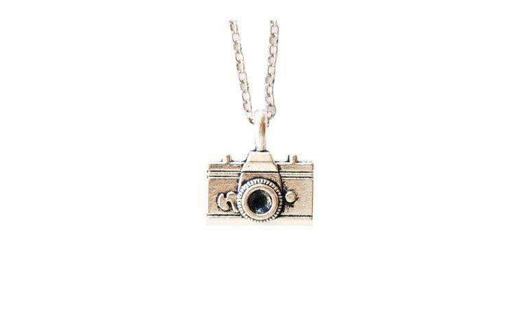 """Colar de corrente com pingente de câmera fotográfica por R$26 na <a href=""""http://www.cellophane.com.br/pd-27687-colar-camera-prateada.html?ct=1fb60&p=2&s=1"""" target=""""_blank"""">Cellophane</a>"""