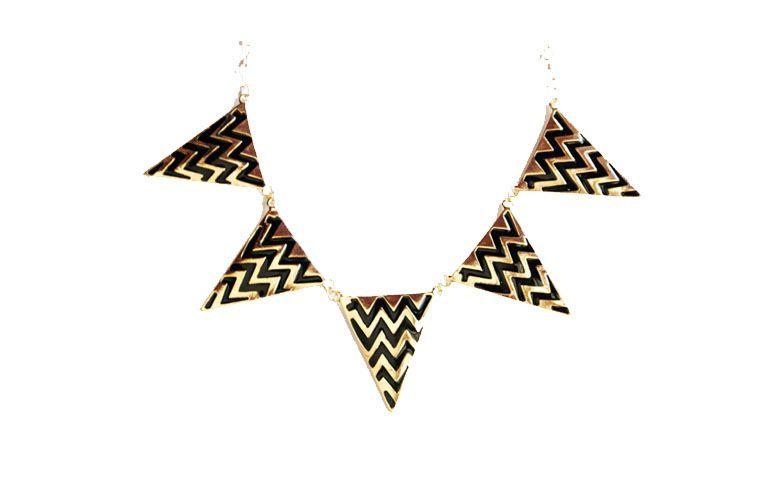 """Colar médio com pingentes triangulares por R$45 na <a href=""""http://www.cellophane.com.br/pd-6087c-colar-triangulo-zigzag.html?ct=1fb60&p=1&s=1"""" target=""""_blank"""">Cellophane</a>"""