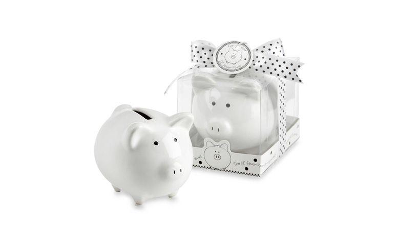 "Cofrinho de porco por U$2,99 na <a href=""http://www.bedbathandbeyond.com/store/product/kate-aspen-reg-piggy-bank-baby-favor/1017460617?categoryId=12256"" target=""_blank"">Bed, Bath and Beyond</a>"