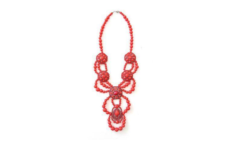 """Maxicolar de pedras de resina vermelhas por R$129 na <a href=""""http://www.lacosdefilo.com/pd-24308-maxi-colar-etnico-vermelho.html?ct=30db3&p=1&s=1"""" target=""""_blank"""">Laços de Filó</a>"""