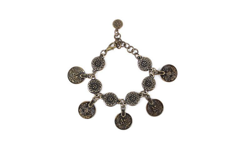 """Pulseira em bronze envelhecido e com medalhas por R$46 na <a href=""""http://www.lacosdefilo.com/pd-1d99e8-pulseira-medalha-flor-moedas-bronze.html?ct=18999&p=1&s=1"""" target=""""_blank"""">Laços de Filó</a>"""