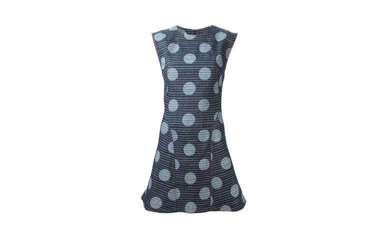 "Vestido jeans evasê com estampa de poás e listras por R$1.274 na <a href=""http://ad.zanox.com/ppc/?29469493C40749417&ULP=[[http://www.farfetch.com/br/shopping/women/kenzo-vestido-evase-estampado-item-10918465.aspx??utm_source=zanox&utm_medium=link&utm_campaign=deeplink_generator]]"" target=""_blank"">Farfetch</a>"