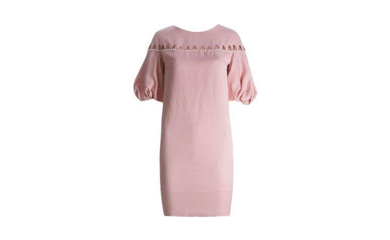 """Vestido de manga bufante com bordado por R$865 na <a href=""""http://ad.zanox.com/ppc/?29469493C40749417&ULP=[[http://www.farfetch.com/br/shopping/women/emannuelle-junqueira-vestido-rosa-claro-com-bordados-item-10599314.aspx?utm_source=zanox&utm_medium=link&utm_campaign=deeplink_generator]]"""" target=""""_blank"""">Farfetch</a>"""