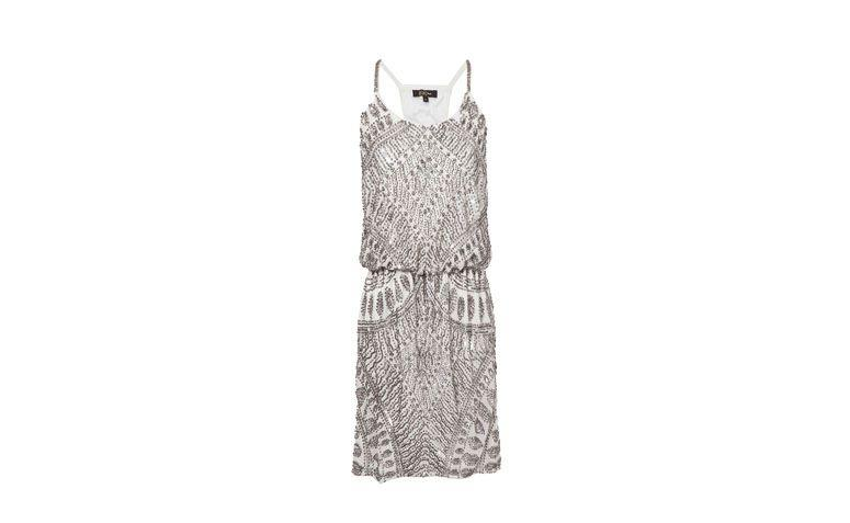 """Vestido de festa curto bordado em prata por R$1.199,90 na <a href=""""http://www.oqvestir.com.br/vestido-bobo-psychodelic---off-white-e-prata-54411.aspx/p"""" target=""""_blank"""">OQ Vestir</a>"""