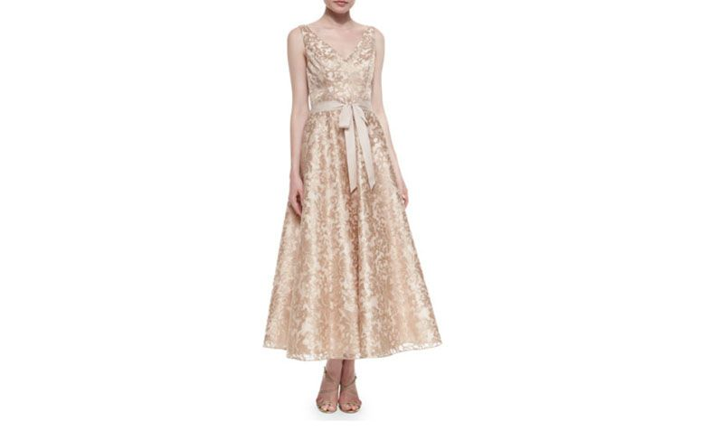 "Vestido princesa midi por U$430 na <a href=""http://www.neimanmarcus.com/en-br/Aidan-Mattox-Sleeveless-Lace-Tea-Length-Dress-Rose-Gold/prod179740054/p.prod"" target=""_blank"">Neiman Marcus</a>"