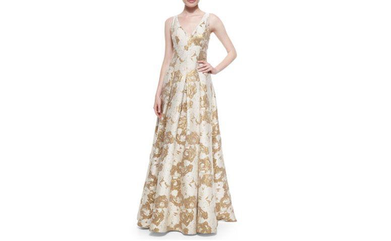 "Vestido princesa com estampa dourada por U$465 na <a href=""http://www.neimanmarcus.com/en-br/Aidan-Mattox-Sleeveless-Floral-Jacquard-Gown-Ivory-Gold-Formal/prod179740056_cat35350732__/p.prod?icid=&searchType=EndecaDrivenCat&rte=%252Fcategory.jsp%253FitemId%253Dcat35350732%2526pageSize%253D30%2526No%253D0%2526refinements%253D&eItemId=prod179740056&cmCat=product"" target=""_blank"">Neiman Marcus</a>"