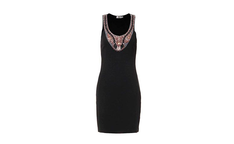 """Vestido tubinho preto com bordado por R$119,99 na <a href=""""http://www.passarela.com.br/passarela/produto/vestido-tubinho-com-pedrarias-cesaretti-preto-6400867912-0"""" target=""""_blank"""">Passarela</a>"""