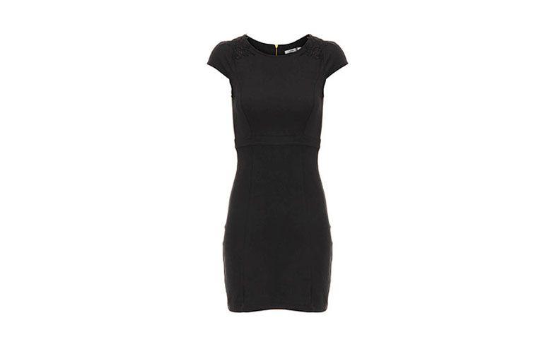 """Vestido tubinho preto com ombros em renda por R$79,99 na <a href=""""http://www.passarela.com.br/passarela/produto/vestido-tubinho-lara-72077604-preto-6400701412-0"""" target=""""_blank"""">Passarela</a>"""