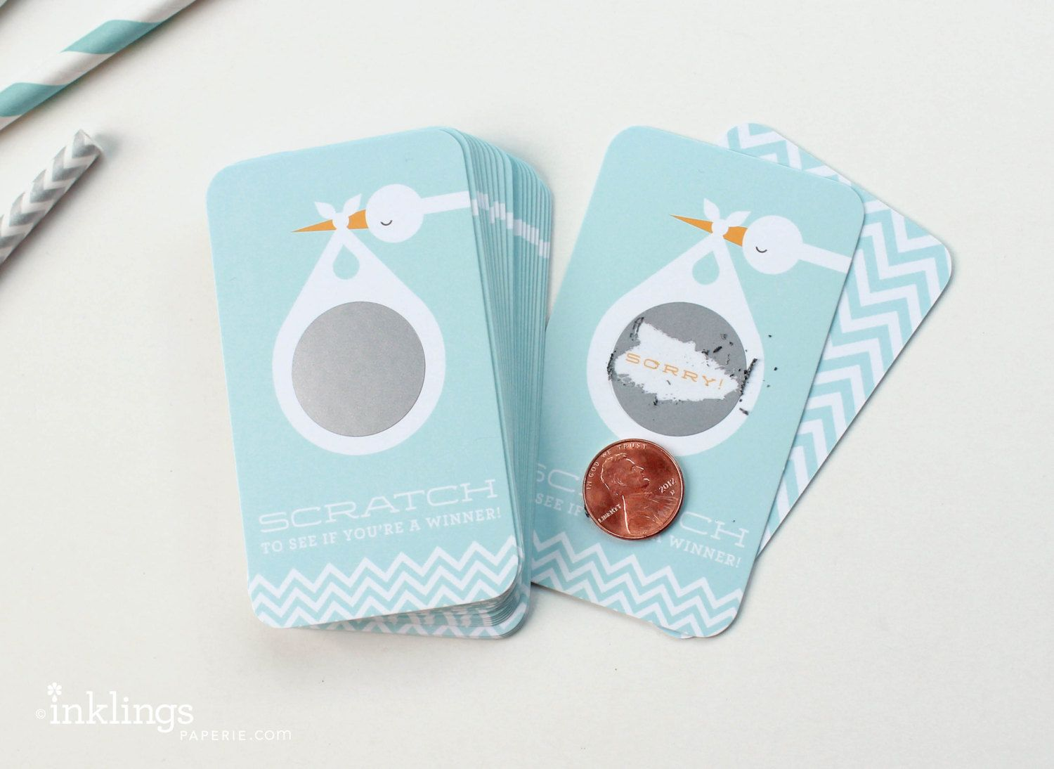 "Foto: Reprodução / <a href=""https://www.etsy.com/pt/listing/110297699/24-scratch-off-cards-for-baby-shower?ga_order=most_relevant&ga_search_type=all&ga_view_type=gallery&ga_search_query=baby%20shower&ref=sr_gallery_4"" target=""_blank"">Etsy</a>"