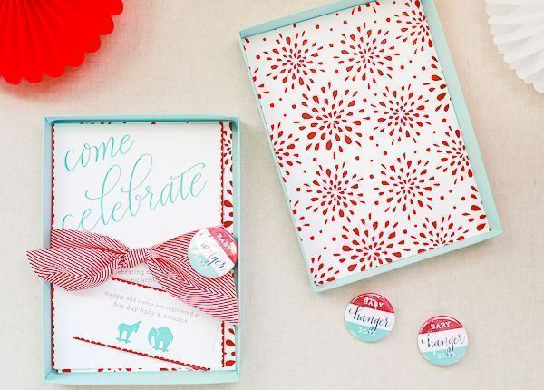 "Foto: Reprodução / <a href=""http://ohsobeautifulpaper.com/2013/11/maggie-trevors-campaign-inspired-baby-shower-the-invitations/"" target=""_blank"">Oh so beautiful paper</a>"