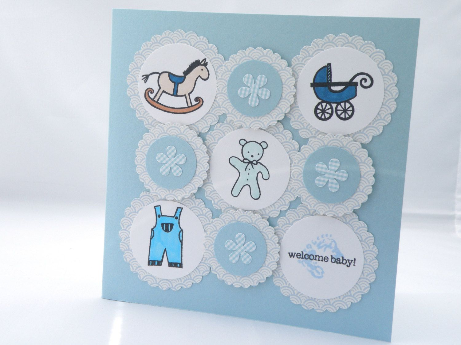 "Foto: Reprodução / <a href=""https://www.etsy.com/pt/listing/123144437/hand-crafted-blue-baby-card?ref=shop_home_active_13"" target=""_blank"">Etsy</a>"