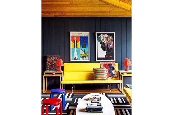 Misturar cores, texturas, quadros e estampas também é uma alternativa para decorar usando cores.