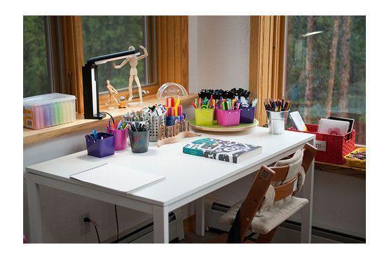 Investir em pequenos objetos decorativos de diversas cores renova o ambiente.