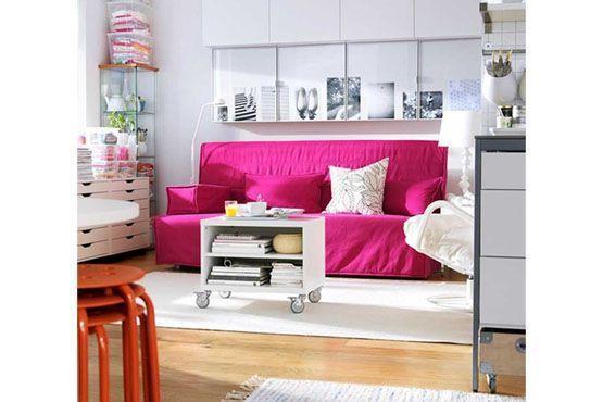 Um sofá colorido em meio à decoração neutra é uma boa combinação.