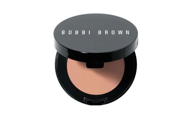 """<p>A blogueira Marina também recomenda os corretivos da Bobbi Brown. O Corrector é indicado, segundo a marca, para neutralizar os tons da olheira e pode ser esfumado com um corretivo cor da pele para deixar um resultado mais natural com a base no resto do rosto. </p> <p><i>Corrector Bobbi Brown por R$96 na <a href=""""http://fabuloustore.com/bobbi-brown-corrector-corretivo-concentrado"""" target=""""_blank"""">Fabulous Store</a></i></p>"""
