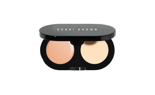 """<p>O Creamy Concealer da Bobbi Brown pode ser usado por cima do Corrector e também é uma das recomendações da blogueira Marina Smith do <a href=""""http://www.2beauty.com.br/blog/2011/05/18/primeiras-impressoes-creamy-concealer-kit-da-bobbi-brown/"""" target=""""_blank"""">2beauty</a>. </p> <p><i>Creamy Concealer kit Bobbi Brown por US$34 na <a href=""""http://shop.nordstrom.com/s/bobbi-brown-creamy-concealer-kit/3166555"""" target=""""_blank"""">Nordstrom</a></i></p>"""