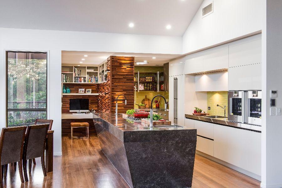 "Foto: Reprodução / <a href=""http://www.darrenjames.com.au/projects/kitchens/drape-brisbane-ref-145-2"" target=""_blank"">Darren James</a>"