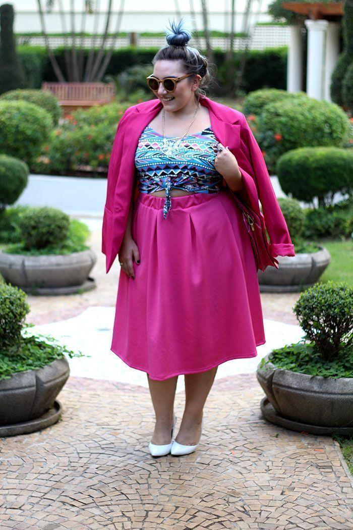 "Foto: Reprodução / <a href=""http://juromano.com/looks/saia-midi-plus-size-rosa-top-cropped-cabelon-azul"" target=""_blank"">Ju Romano</a>"