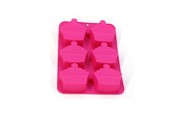 "Forma de silicone por R$31,90 na <a href=""https://www.planetamimos.com.br/linha-cupcake/forma-minibolo-cupcakerosa"" target=""blank_"">Planeta Mimos</a>"