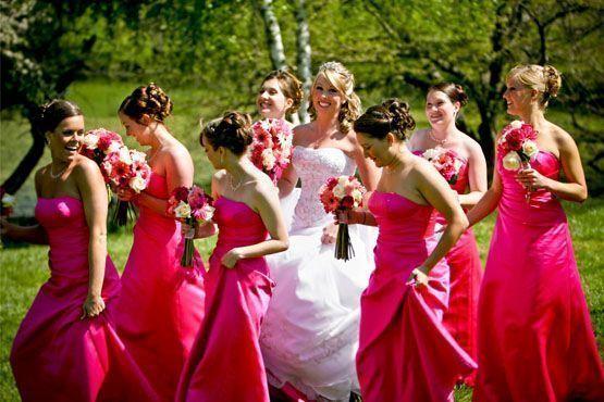 Vestidos similares ao da noiva realçam as nuances do buquê.
