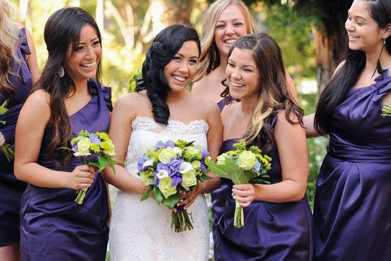 Vestidos na cor púrpura harmonizam-se aos tons arroxeados dos buquês.