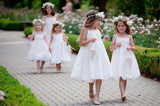Para crianças, o ideal são modelos de vestidos até os joelhos.