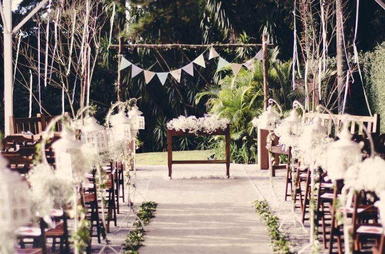 """Foto: Reprodução / <a href=""""http://casamentosdiy.blogspot.com.br/2013/08/bandeiras-de-flamulas-para-casamentos.html"""" target=""""_blank"""">Casamentos Diy</a>"""