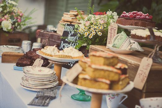"Foto: Reprodução / <a href=""http://thenaturalweddingcompany.co.uk/blog/2012/09/wedding-dessert-table-with-rustic-crates-vintage-crockery-and-pretty-flowers-from-and-the-dish-ran-away-with-the-spoon/"" target=""_blank"">The natural wedding company</a>"