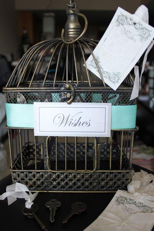 "Foto: Reprodução / <a href=""http://lilodesigns.storenvy.com/products/166259-something-tiffany-blue-vintage-inspired-shabby-chic-style-wedding-card-hol"" target=""_blank"">Lilo Designs</a>"