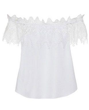 "Blusa branca com decote ombro a ombro por R$324 na <a href=""https://www.bynv.com.br/detalhes.asp?idproduto=1849403"" target=""blank_"">By NV</a>"