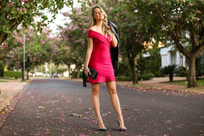 "Foto: Reprodução / <a href=""http://www.marinacasemiro.com.br/2015/06/look-da-noite-vestido-bandagem-pink-jaqueta-scarpin-spikes/"" target=""_blank"">Marina Casemiro</a>"