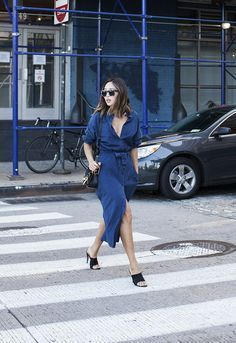 "Foto: Reprodução / <a href=""http://www.songofstyle.com/2015/10/tibi-denim-shirt-dress-and-prada-mules.html"" target=""_blank"">Song of Style</a>"
