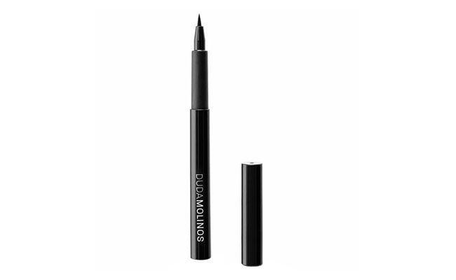 """Caneta Delineadora Carbon Black Duda Molinos por R$48 na <a href=""""http://www.sephora.com.br/site/produto.asp?id=10192"""" target=""""_blank"""">Sephora</a>"""