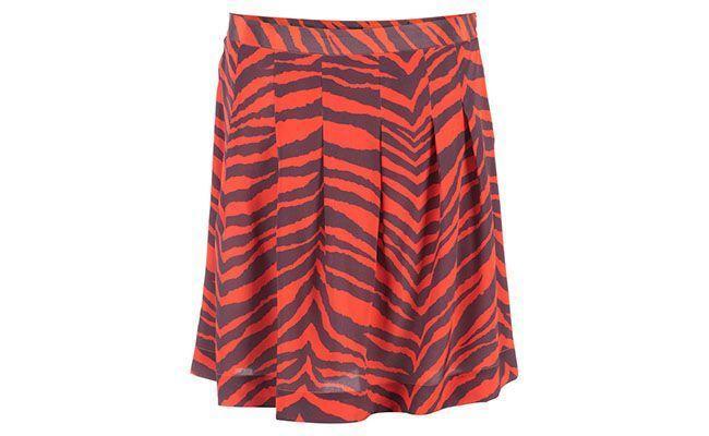 """Saia acima do joelho e estampada Mixed por R$359,50 na <a href=""""http://www.e-closet.com.br/item/saia-de-seda-zebra-vermelha-mixed-10957.html"""" target=""""blank_"""">E-Closet</a>"""