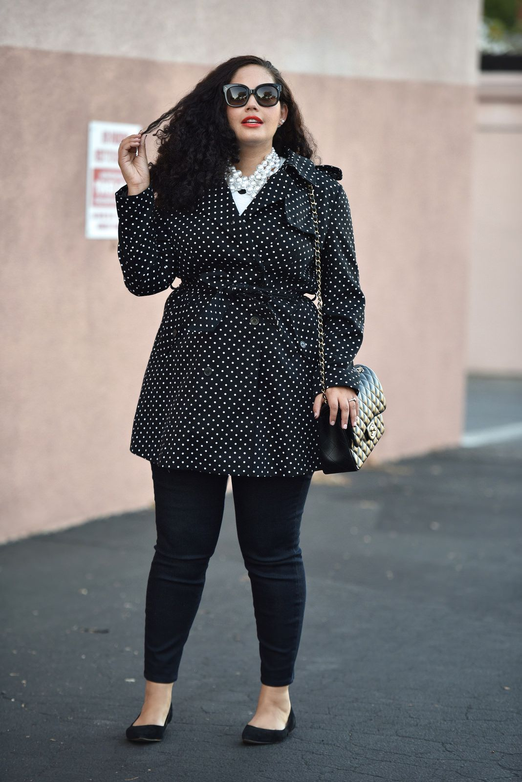 "Foto: Reprodução / <a href=""http://girlwithcurves.com/post/129536427592/polka-dots-pearls"" target=""_blank"">Girl with curves</a>"