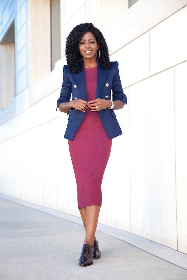"Foto: Reprodução / <a href=""http://stylepantry.com/2015/10/12/double-breasted-blazer-t-shirt-midi-dress/"" target=""_blank"">Style Pantry</a>"