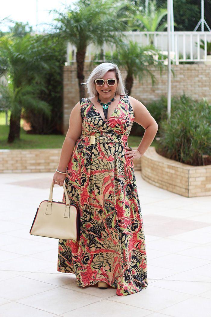 """Foto: Reprodução / <a href=""""http://juromano.com/looks/vestido-longo-plus-size-e-estampado-pra-ficar-com-corpo-violao"""" target=""""_blank"""">Ju Romano</a>"""
