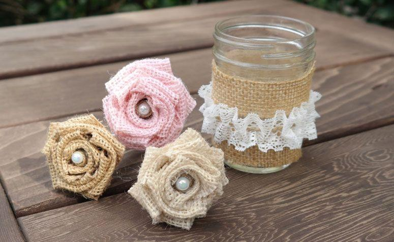 "Arranjo com canetas decoradas por R$58,42 no <a href="" https://www.etsy.com/pt/listing/223899327/burlap-and-lace-wedding-set-of-3-pens?ref=related-3 "" target=""_blank"">Etsy</a>"