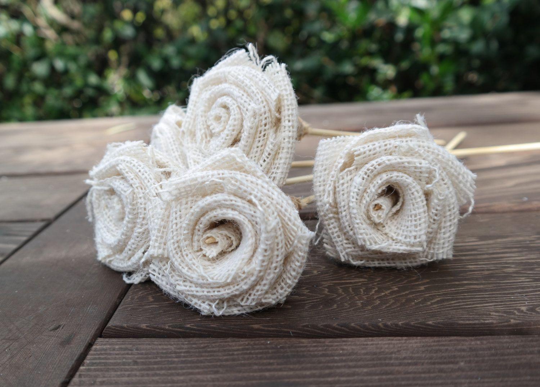 """Flores decorativas em tecido por R$45,97 no <a href="""" https://www.etsy.com/pt/listing/203232687/wedding-decoration-burlap-flowers-with?ref=related-4"""" target=""""_blank"""">Etsy</a>"""